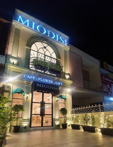 """<text>MIODIS CAFE</text><p class=""""album-description db"""">Commercial</p>"""